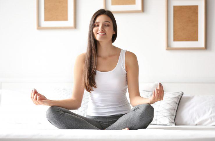 Migliora il sonno facendo esercizi yoga al mattino o alla sera