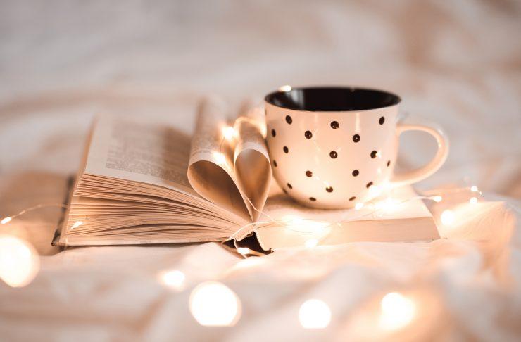 Riti della buonanotte: una tazza di tisana prima di dormire concilia il sonno.