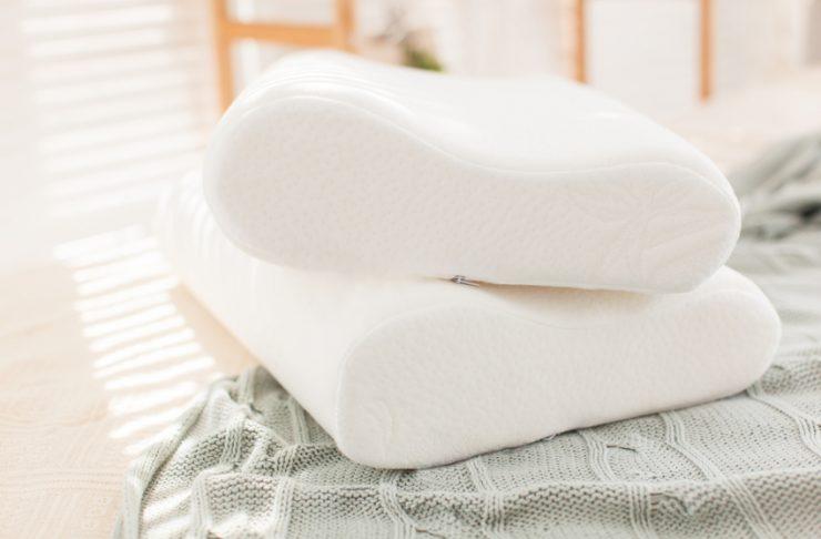 Cuscino cervicale appoggiato su un letto