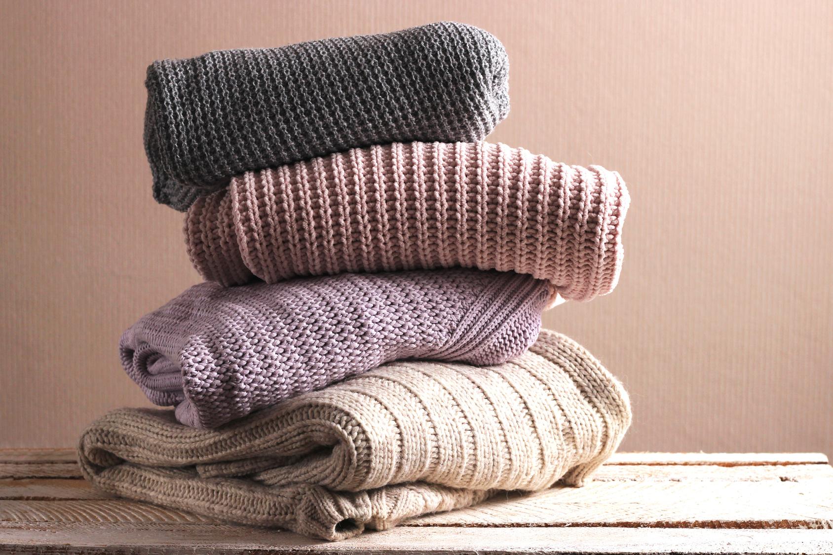 Organizzare casa, mucchio di maglioni autunnali