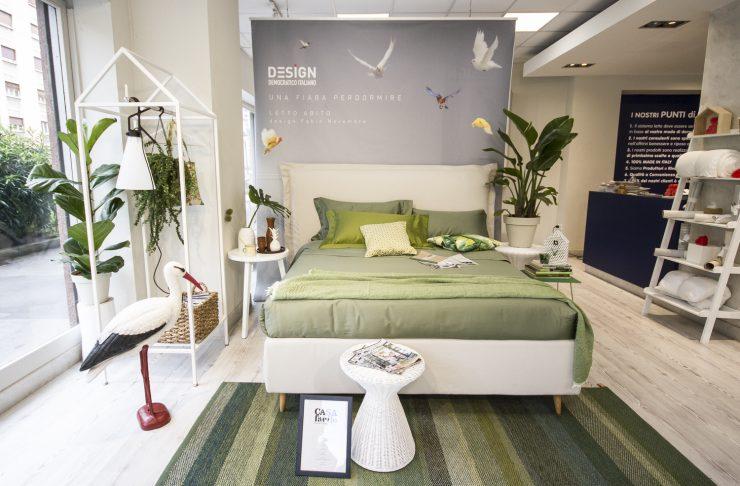 camera da letto con lenzuola verde e piante