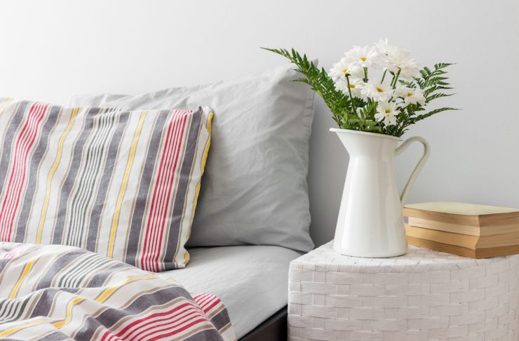 vaso di latta vintage con fiori freschi, una delle idee più semplici per decorare e arredare la camera da letto con uno stile primaverile