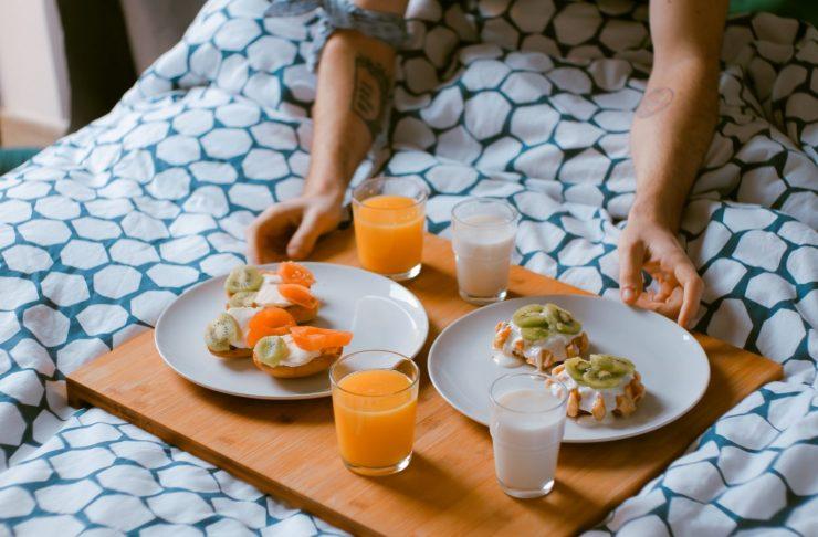 Una colazione per combattere l'insonnia. Albicocche e kiwi favoriscono un riposo più sereno.