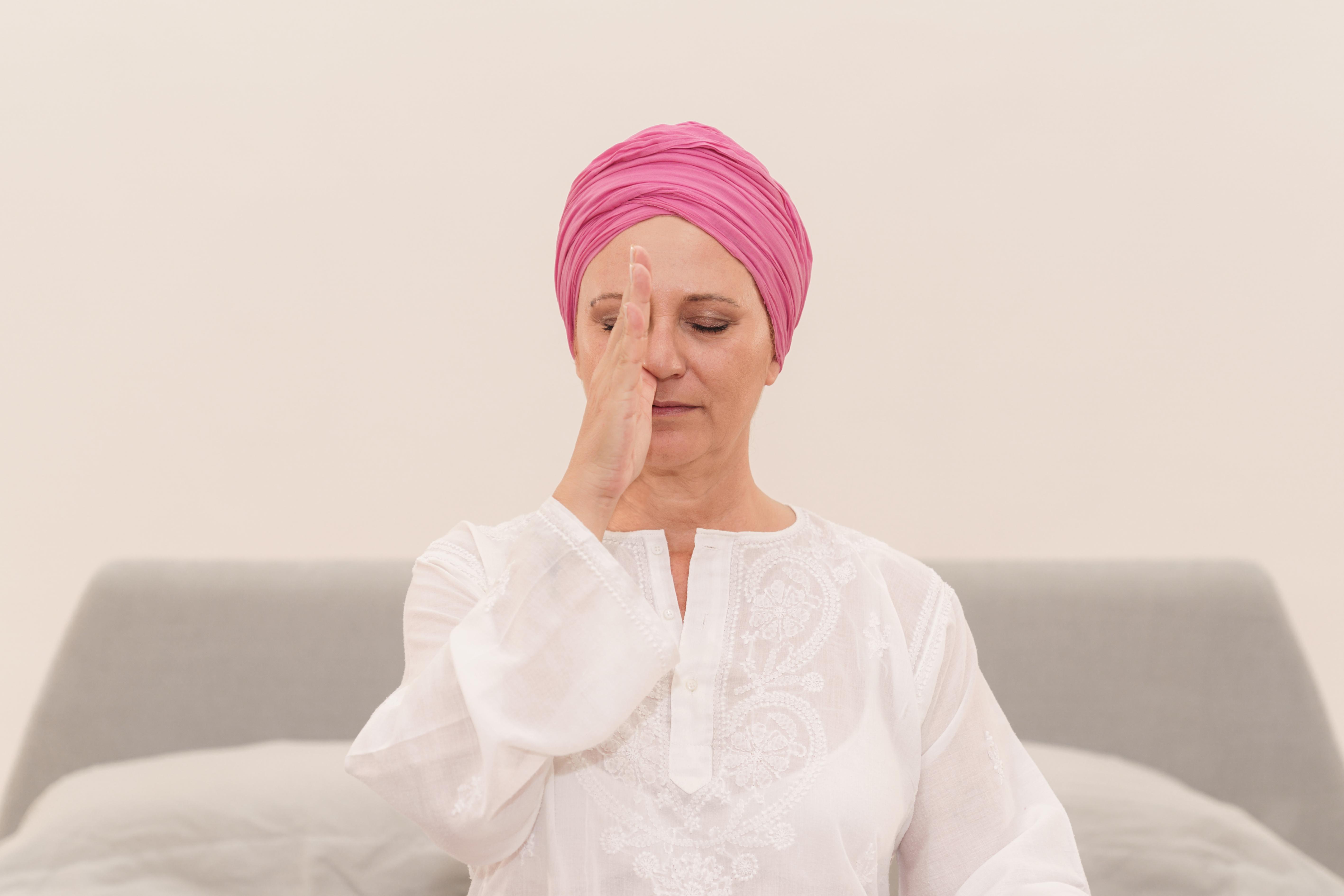 donna che respira dalla narice sinistra, scopri come addormentarsi con serenità con il pranayama