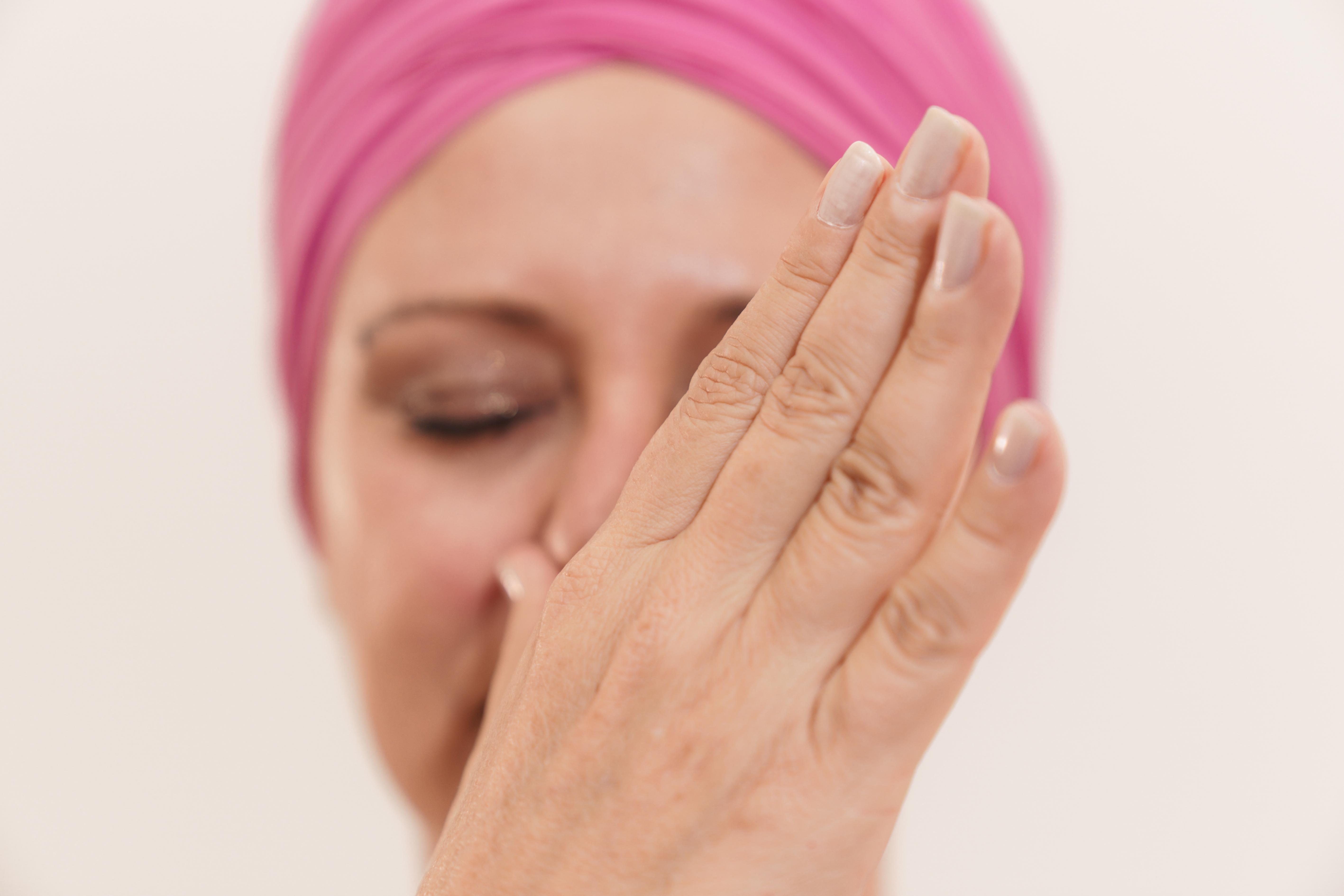dettaglio di donna che respira dalla narice sinistra, scopri come addormentarsi con serenità con il pranayama