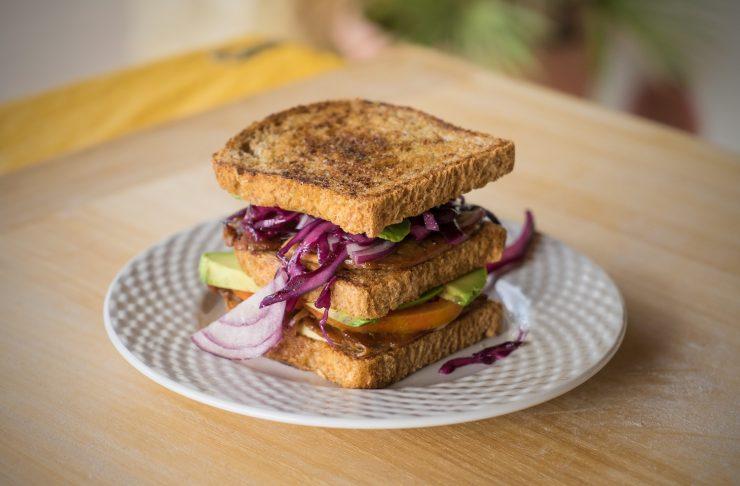 club sandwich con verdure e tempeh, perfetto per la cucina vegana