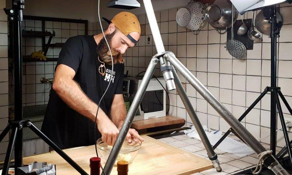 chef mentre prepara un piatto per dieta vegana