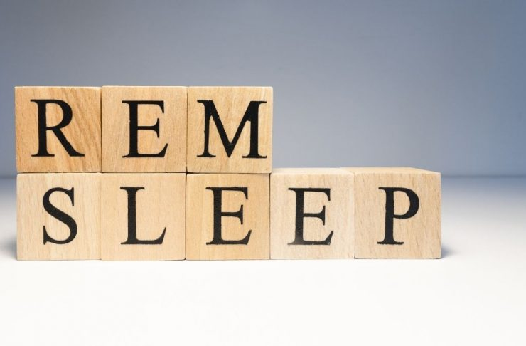 testo fase rem sleep su cubi di legno