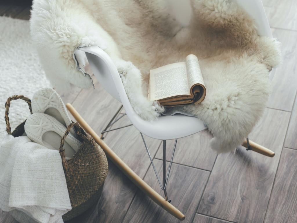 arredamento hygge con sedia a dondolo e coperte
