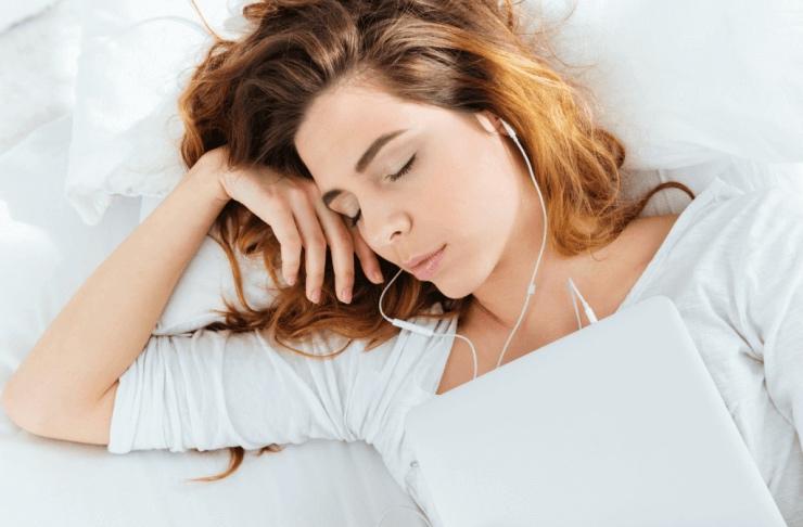 ragazza che dorme ascoltando musica, uno dei metodi per dormire più diffusi