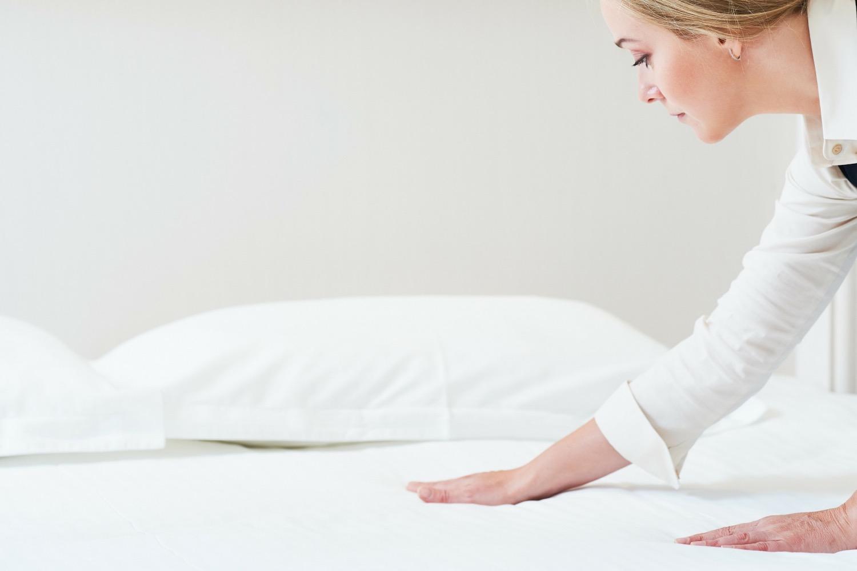 donna impegnata a pulire il materasso