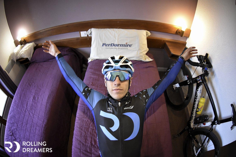triatleta su letto per riposare tra una gara e l'altra e favorire il recupero muscolare