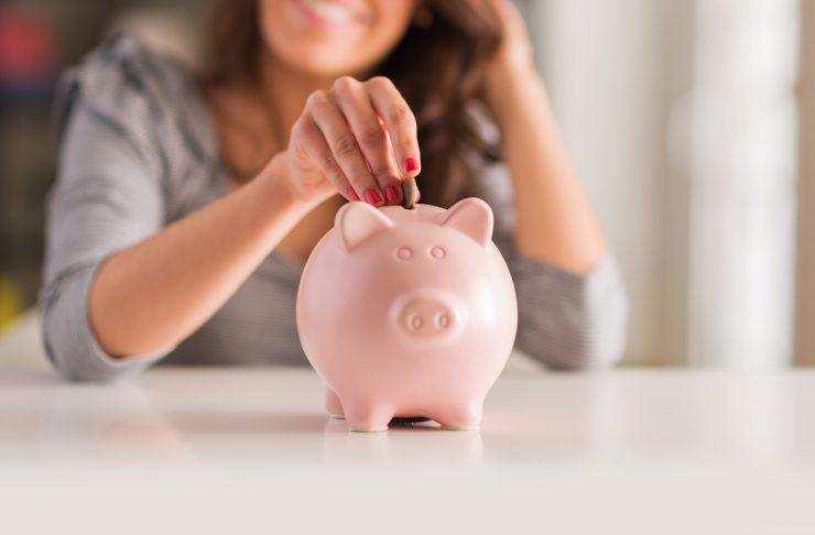 donna con salvadanaio, scopri i consigli per risparmiare in casa