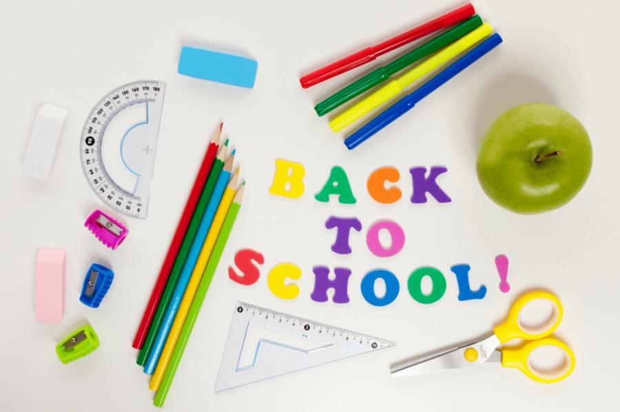 pastelli colorati, righelli, una forbice e una mela. Tutto è pronto per il ritorno a scuola