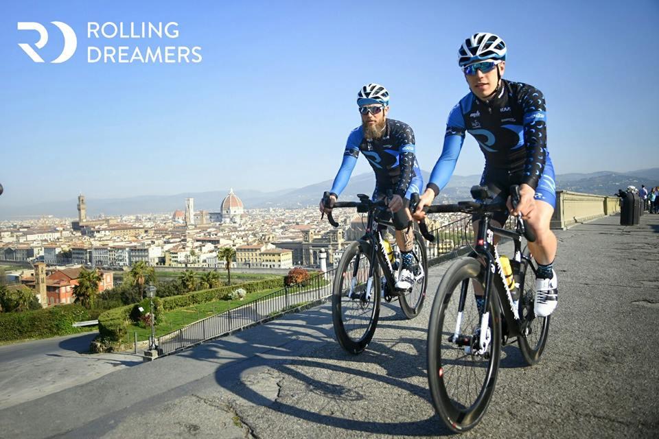 Due ciclisti a Firenze, sono gli atleti di Rolling Dreamers in partenza per il viaggio a Parigi