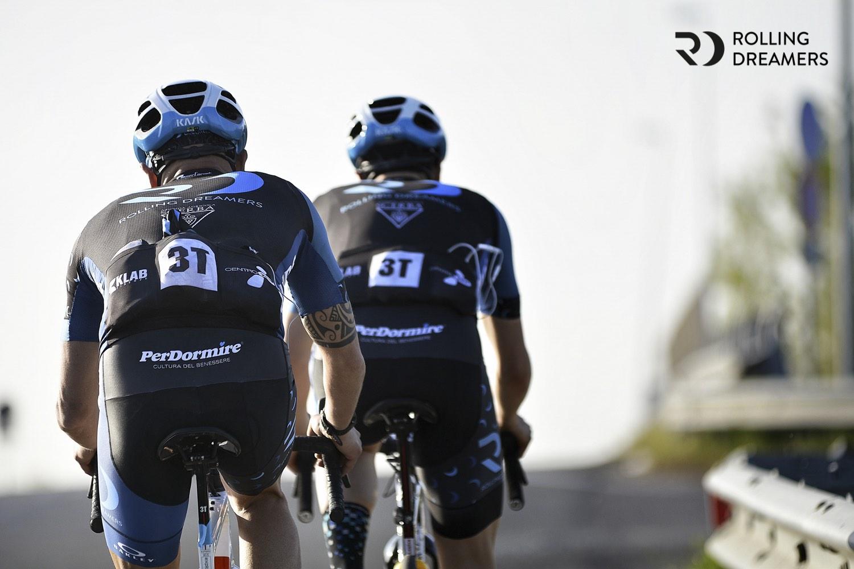 triatleti in viaggio in bicicletta verso la Francia