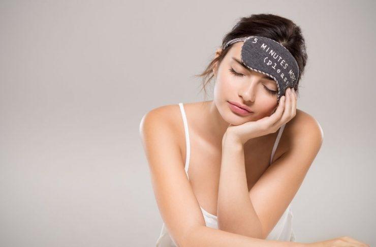 Donna che combatte la sonnolenza diurna