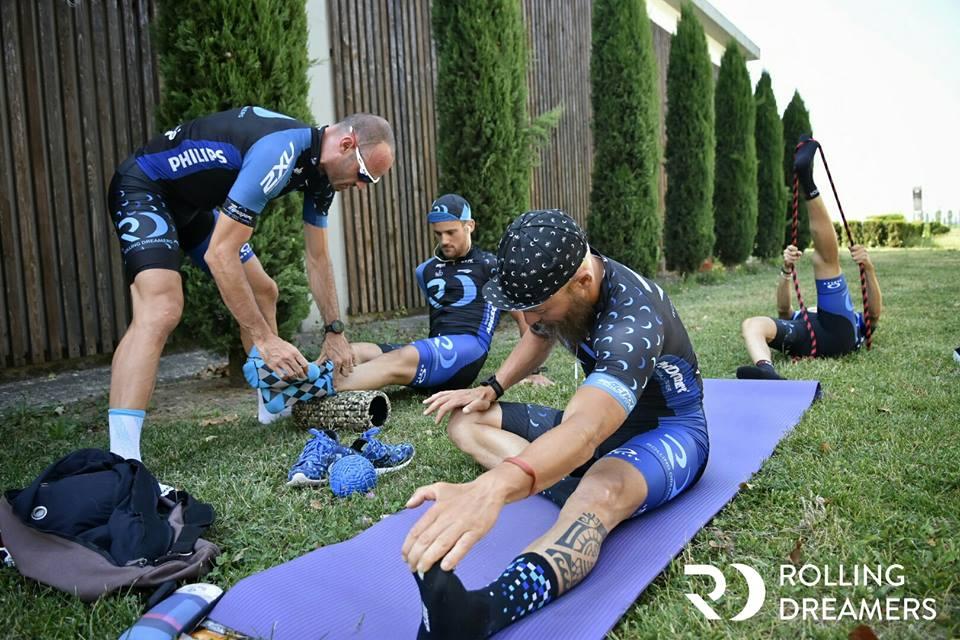triatleti che fanno stretching prima della gara di triathlon