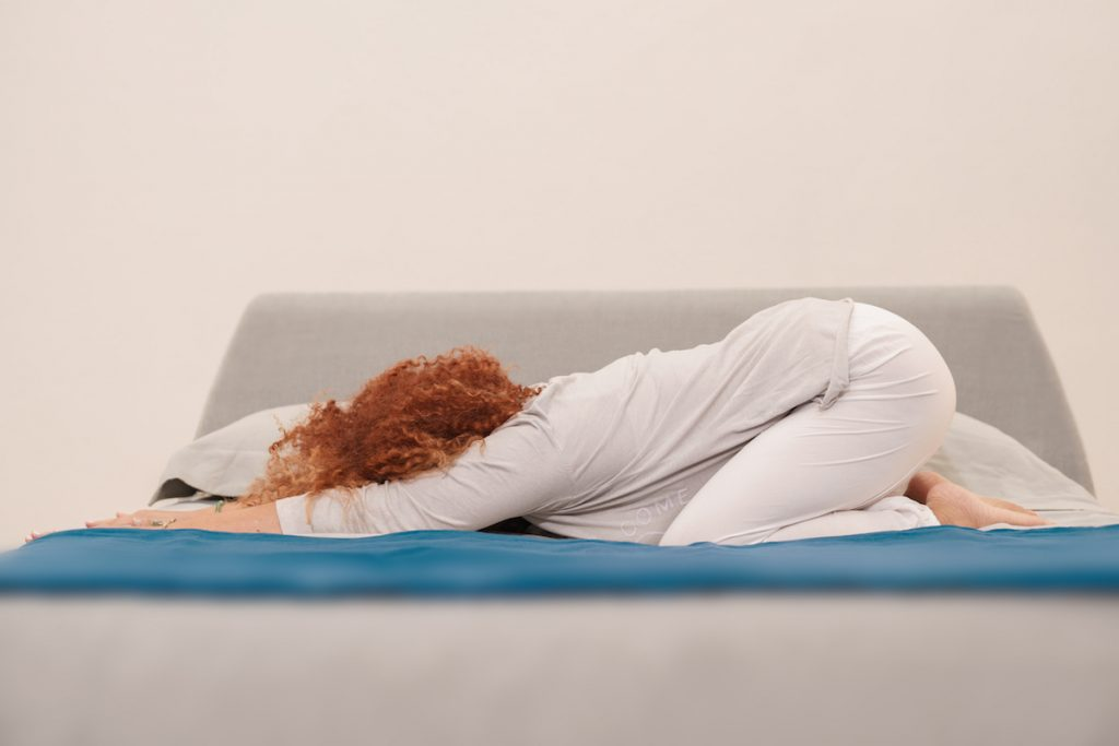 donna che fa yoga al mattino